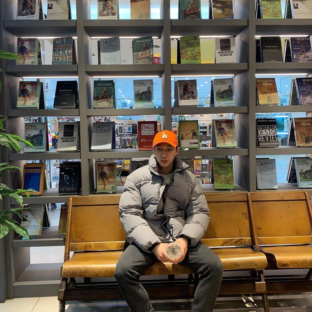 200122 Raehwan's instagram post: 머어어엉. 온갖 색깔의 모자가 다 있는 듯.