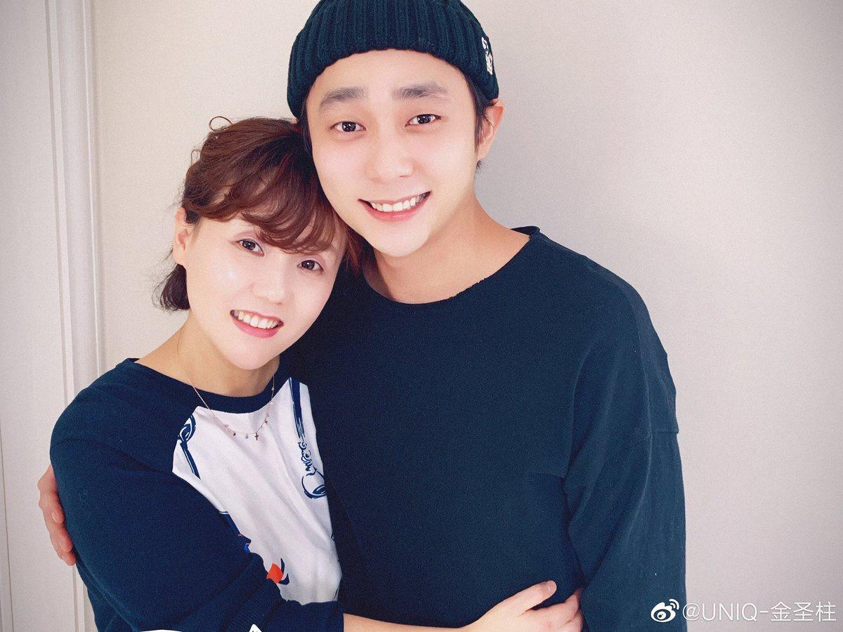 200216 Weibo Update: ฉลองวันเกิดด้วยกันกับคุณพ่อคุณแม่ล่ะ มีความสุขจัง รักทุกคนนะครับ😁😁❤ Spending my birthday with parents. I'm so happy. Love you guys😁😁❤