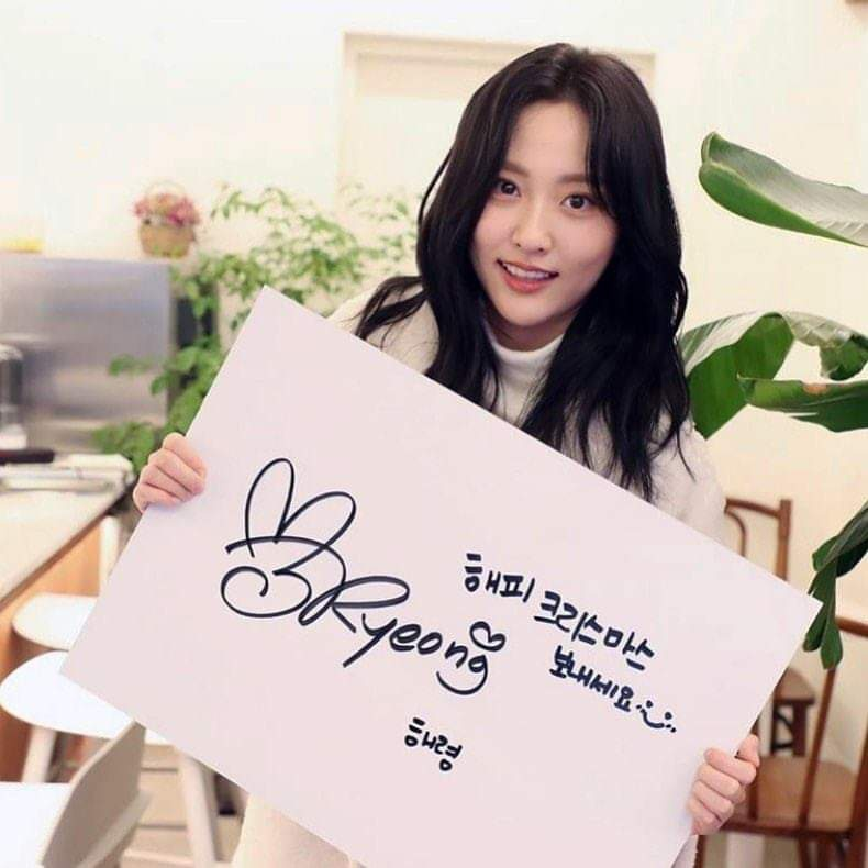 191225 jeonminjiiii Instagram 귀여운 해령 2019 크리스마스🥰 . . ✔️Makeup 민지 ✔️Hair 세희 …