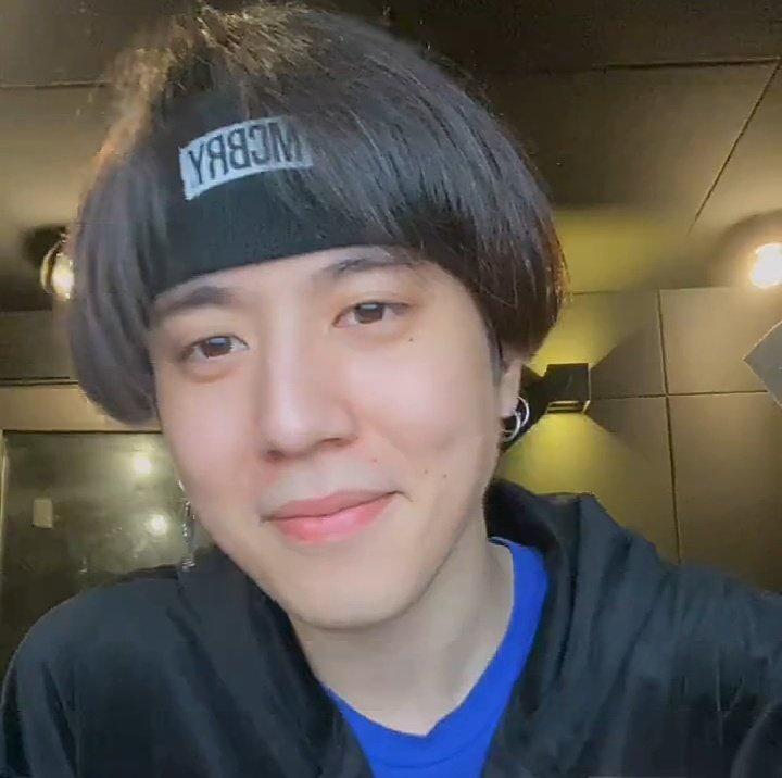 200527 Yugyeom Vlive Mengapa Anda memilih Mark sebagai anggota yang akan bermasalah jika ia bukan idola (di Weekly Idol)? 🌼Dia sangat tampan dan juga dia bilang dia tidak benar-benar tahu apa lagi yang ingin dia lakukan