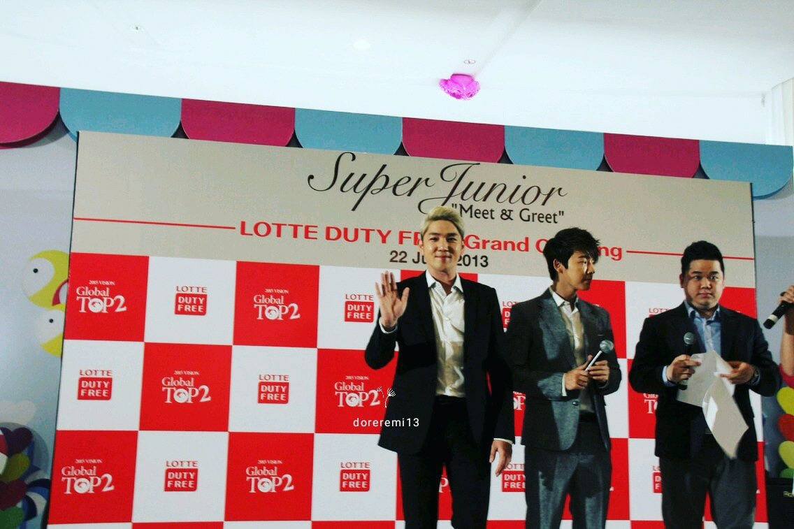 130622 Lee Donghae & Kangin at Lotte Shopping Avenue Grand Opening said Hi!! Huhu boy, damn miss you 🥺🥺