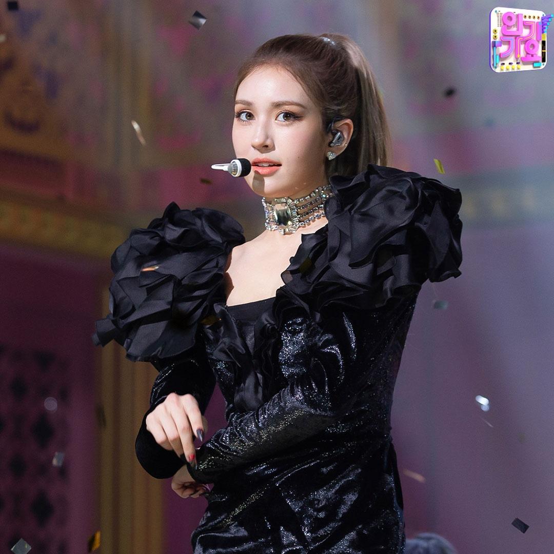 소미하이 블랙에 치여버림🖤 두 분 옷 상표 좀 볼게요 천사표인가 보려고요💖 SBS <인기가요> ☞ 일요일 오후 3시 50분 방송_3