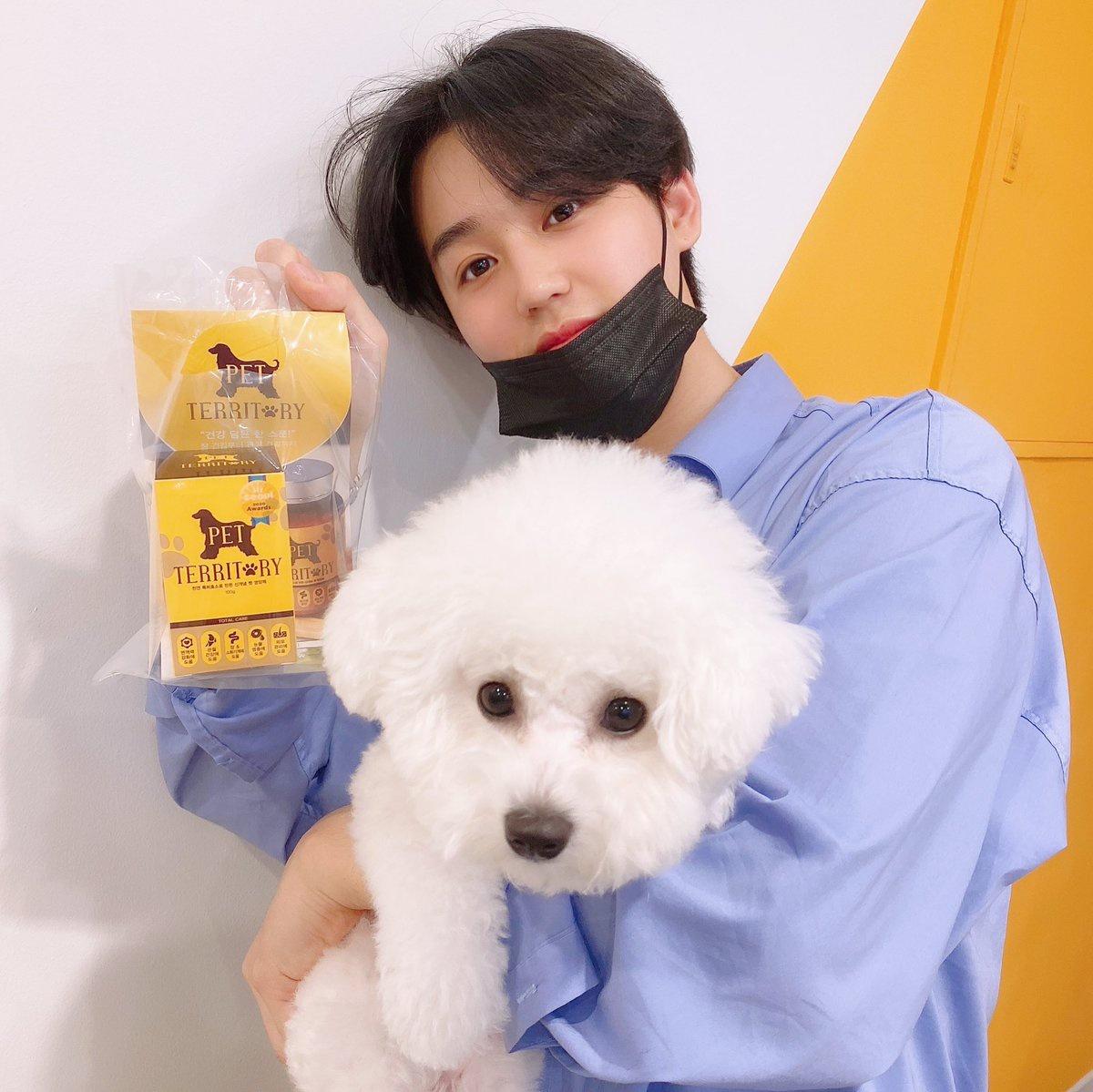 {TRAD} 200809 Twitter [SEOKJIN] He ido a visitar la cafetería de hyung por el aniversario de ClickB!! La lleva Minhyuk sunbaenim y me ha dado un regalo para Genie~! Gracias!! Feliz 21 aniversario!! Visitadlo con N.CUS~_3
