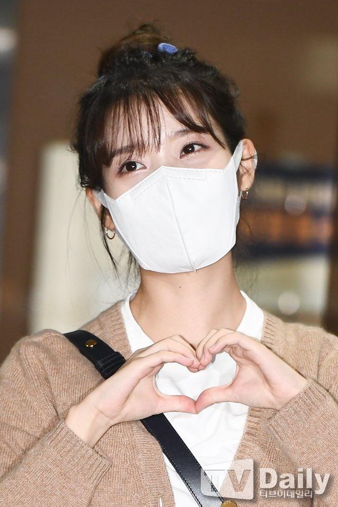 200915 1/3 IU mentre esce dall'edificio di KBS Seoul Yeouido dopo aver completato oggi la registrazione di YHY Sketchbook IU BEST GIRL_2