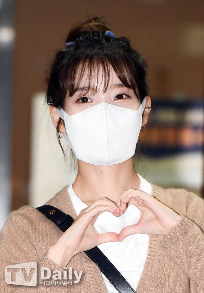 200915 1/3 IU mentre esce dall'edificio di KBS Seoul Yeouido dopo aver completato oggi la registrazione di YHY Sketchbook IU BEST GIRL_1