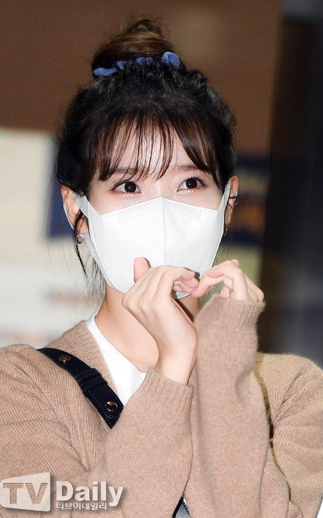 200915 2/3 IU mentre esce dall'edificio di KBS Seoul Yeouido dopo aver completato oggi la registrazione di YHY Sketchbook IU BEST GIRL_1