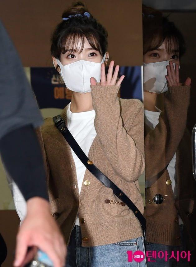 200915 2/3 IU mentre esce dall'edificio di KBS Seoul Yeouido dopo aver completato oggi la registrazione di YHY Sketchbook IU BEST GIRL_2