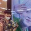 [200625] changhyun_iii Instagram hikaye güncellemesi: ~ Metroda gösterilen doğum günü afişlerinin yanında Changhyun ❤️ Geçen gün saçlarını kesmişti sizce nasıl olmuş?_1