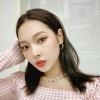 """[SOMINGRAM] 01.07.2020 - Somin atualizou seu feed com uma nova foto! Ela está tão linda! O cabelo está mais claro e eu diria que até mais curto, mesmo assim combinou muito com a nossa Black Joker! Legenda: """"🎀🎀🎀"""""""