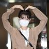 200915 1/3 IU mentre esce dall'edificio di KBS Seoul Yeouido dopo aver completato oggi la registrazione di YHY Sketchbook IU BEST GIRL_3